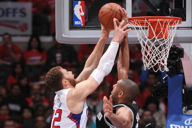 Tim Duncan tapona un lanzamiento de Blake Griffin./ Getty