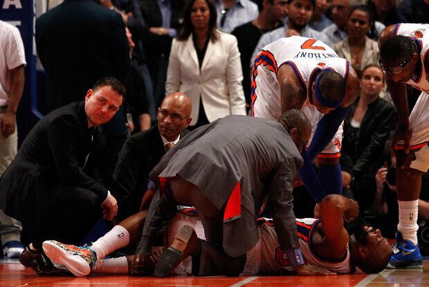 Baron Davis es atendido por los médicos de los Knicks./ Getty