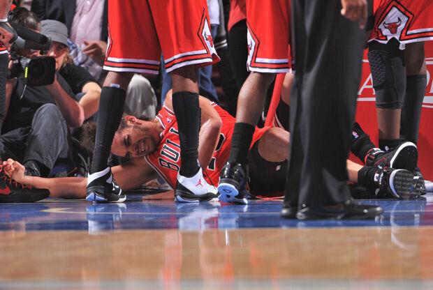 Joakim Noah, en el suelo tras la lesión de tobillo./ Getty