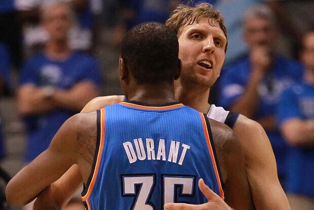 El abrazo entre Kevin Durant y Dirk Nowitzki./ Getty