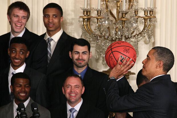 Barack Obama, con el balón que le regalaron los Kentucky Wildcats./ Getty