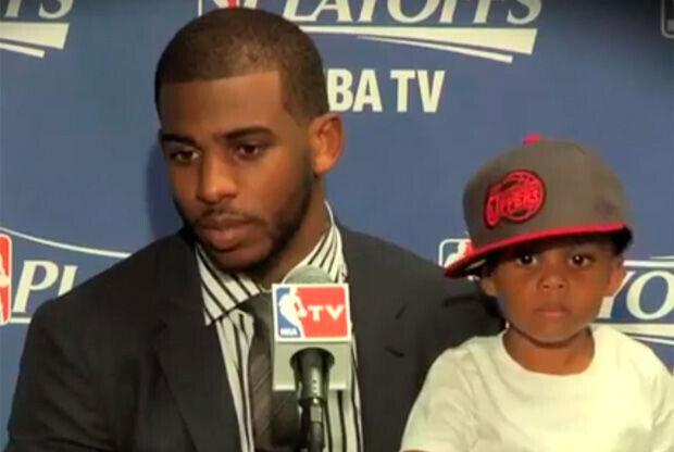 Chris Paul con su hijo en la sala de prensa de los Clippers