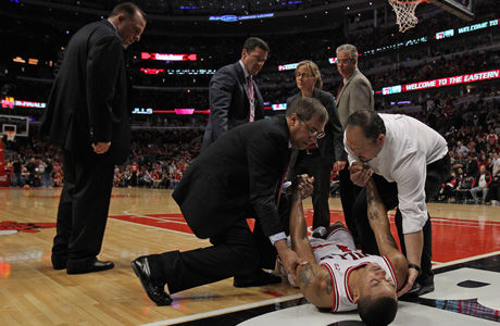 Derrick Rose es atendido por los servicios médicos de los Bulls./ Getty