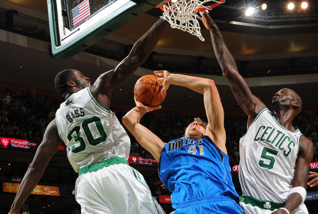 Dirk Nowitzki, Brandon Bass y Kevin Garnett./ Getty Images