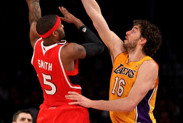Josh Smith y Pau Gasol./ Getty Images