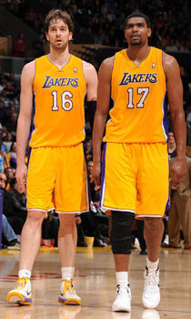 Pau Gasol y Andrew Bynum./ Getty Images