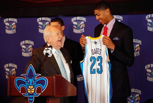 Tom Benson, propietario de los Hornets, entrega la camiseta a Anthony Davis./ Getty Images