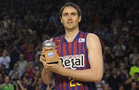 Erazem Lorbek, con el trofeo de MVP de la Final de la Liga Endesa./ ACBPHOTO