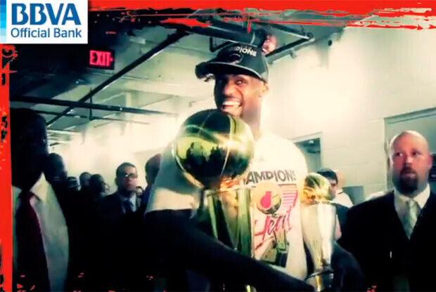 LeBron James, con los trofeos de campeón y MVP
