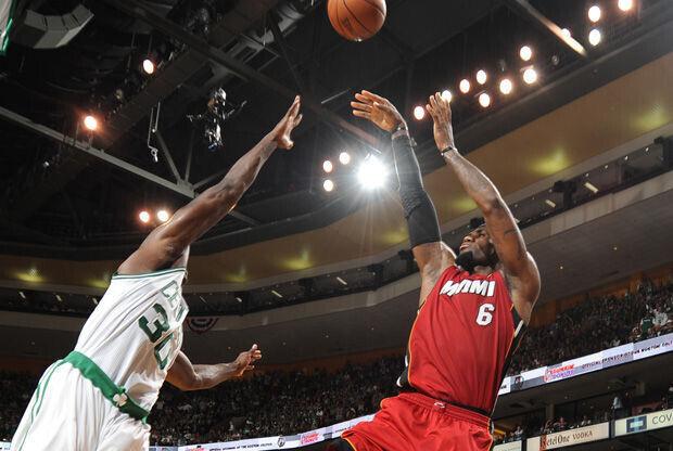 LeBron lanza a canasta ante la defensa de Brandon Bass./ Getty