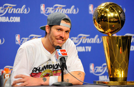 Mike Miller con el trofeo de campeón de la NBA 2011/12./ Getty