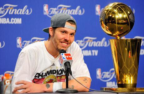 Mike Miller con el trofeo de campeón de la NBA 2011/12./ Getty
