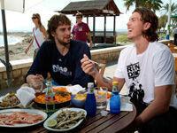 Pau Gasol y Mike Miller, almorzando en un chiringuito de Málaga./ Getty