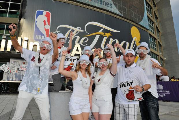 Fans de los Heat a la entrada del American Airlines de Miami./ Getty