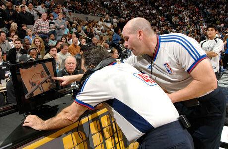 Dos árbitros de la NBA utilizando la tecnología 'instant-replay'./ Getty