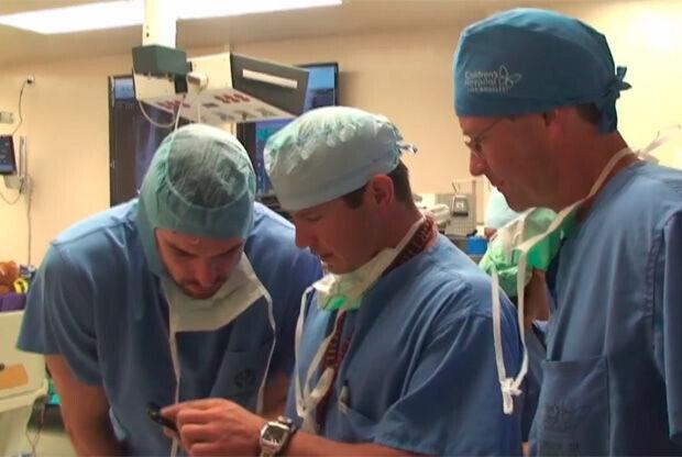 Pau Gasol con los cirujanos en el Children's Hospital de Los Angeles