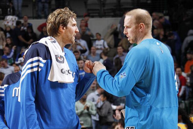 Chris Kaman y Dirk Nowitzki./ Getty Images