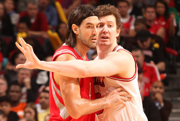 Omer Asik y Luis Scola./ Getty Images