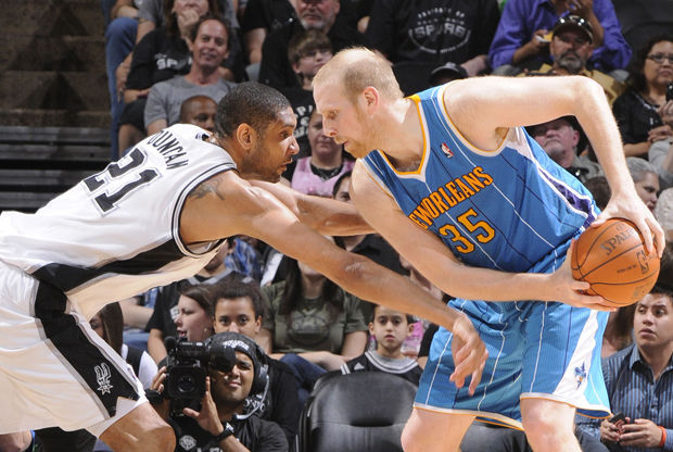 Tim Duncan y Chris Kaman/ Getty Images