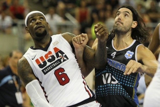 LeBron James y Luis Scola./ Getty Images