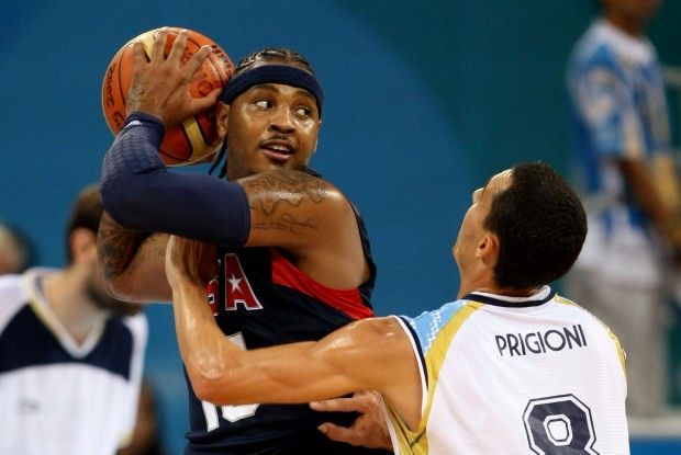 Carmelo Anthony y Pablo Prigioni./ Getty Images