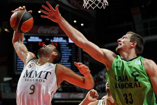 Mirza Teletovic, con la camiseta del Caja Laboral, lucha el rebote a Felipe Reyes (Real Madrid)./ ACB Media