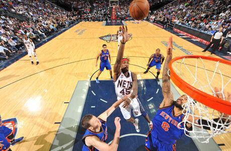 Gerald Wallace, con la camiseta de los New Jersey Nets, lanza ante la defensa de Tyson Chandler, de los Knicks./ Getty