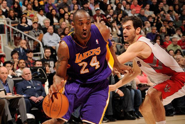 Kobe Bryant supera la defensa de José Calderón./ Getty