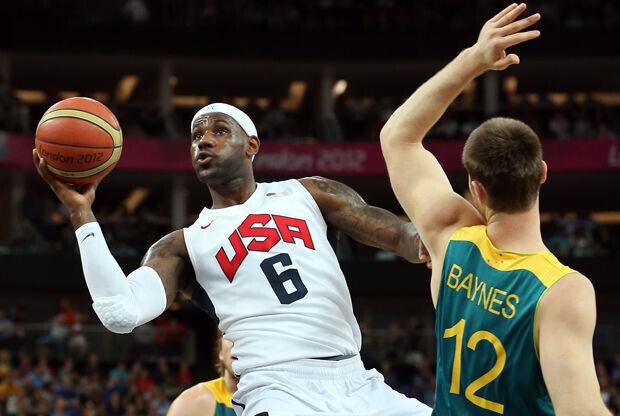 LeBron James y Aron Baynes./ Getty Images