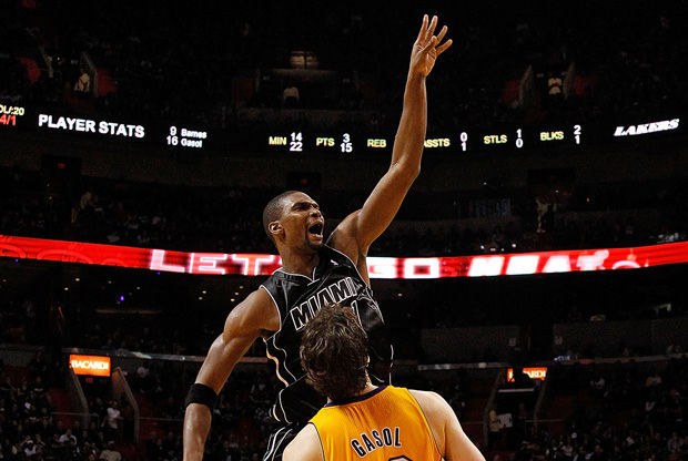Chris Bosh lanza ante Pau Gasol./ Getty