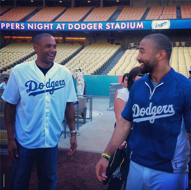 Grant Hill y Vinny Del Negro juegan con Los Angeles Dodgers