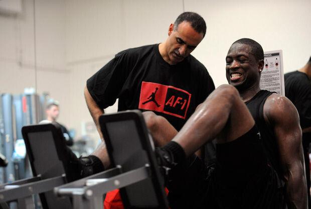 Dwyane Wade trabaja en el gimnasio Attack Athletics Gym bajo la atenta mirada de Tim Grover./ Getty