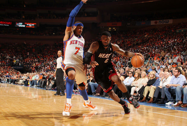 LeBron James supera a Carmelo Anthony en un partido de la pasada campaña en el MSG./ Getty