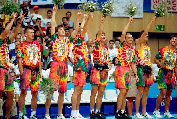 Los jugadores lituanos, en elpodio de Barcelona 92./ Getty