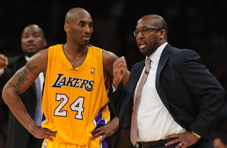 Kobe Bryant y Mike Brown./ Getty