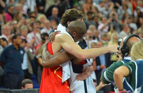 El abrazo entre Pau Gasol y Kobe Bryant./ Getty