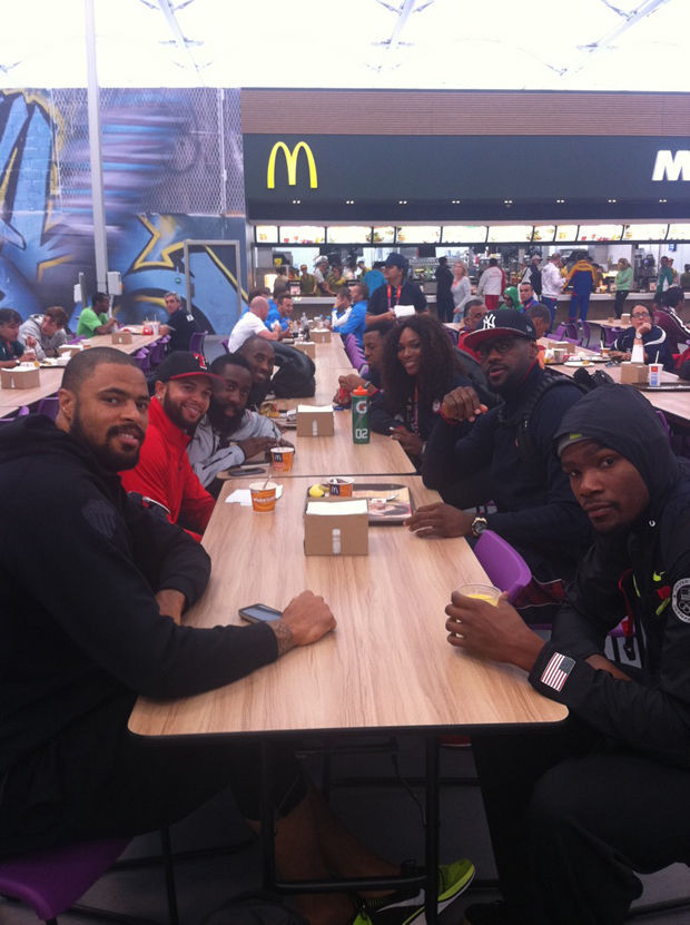 Serena Williams come junto al Team USA en el McDonalds