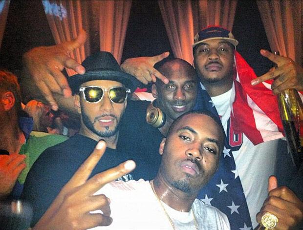 Kobe Bryant y Carmelo Anthony posan con Nas y Swizz Beatz