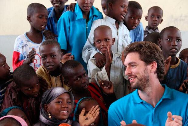 Pau Gasol en una visita a un colegio en Chad