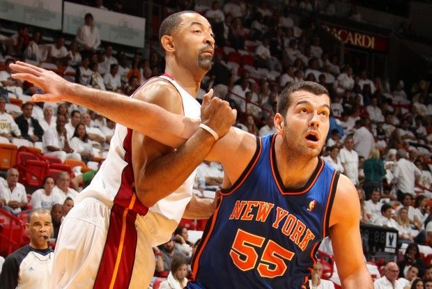 Josh Harrellson y Juwan Howard./ Getty Images