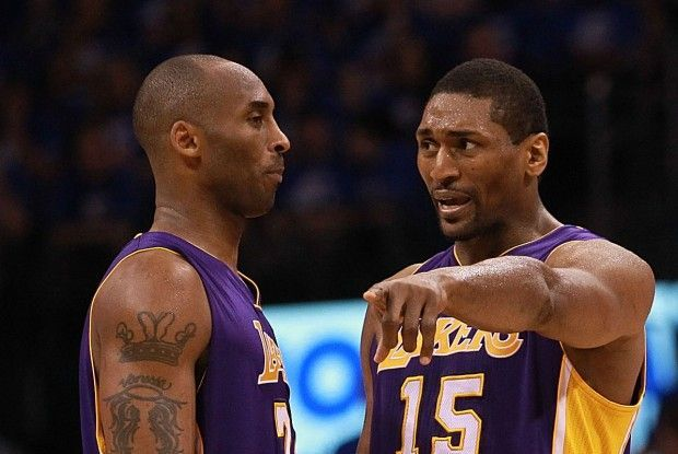 Kobe Bryant y Mette World Peace./ Getty Images