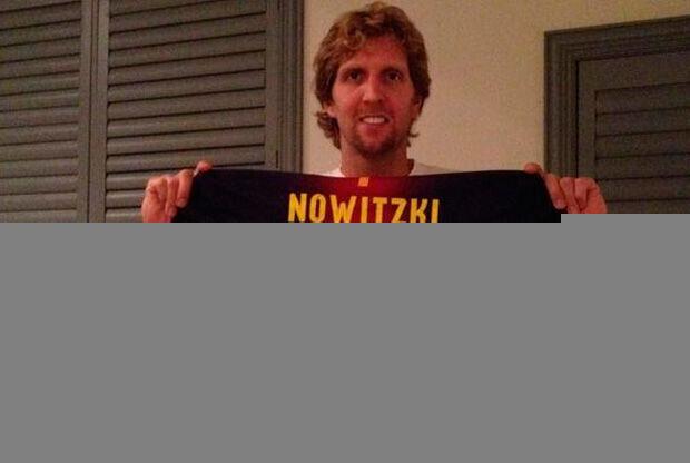 Dirk Nowitzki enseña su camiseta personalizada del Barça./ Getty
