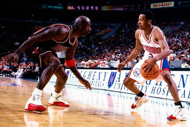 Allen Iverson bota ante la presencia de Michael Jordan./ Getty