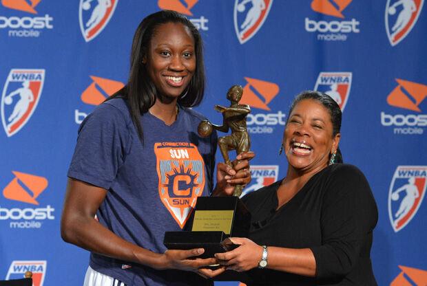 Tina Charles (izquierda) recibe el trofeo de MVP de la WNBA 2012