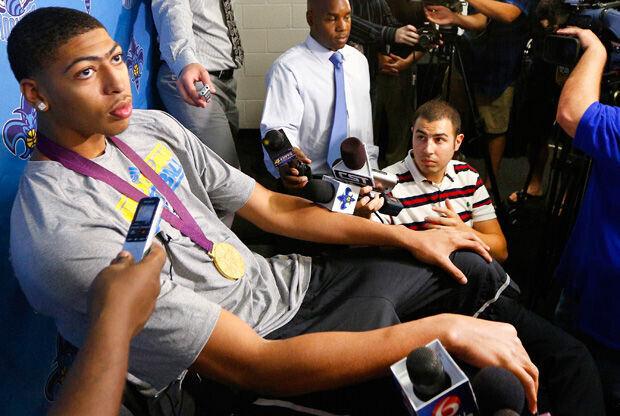 Anthony Davis atiende a la prensa luciendo el oro olímpico./ Getty