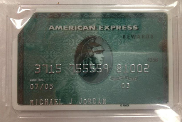 Sale a subasta una tarjeta de crédito caducada de Michael Jordan