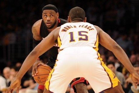 LeBron James y Metta World Peace./ Getty Images