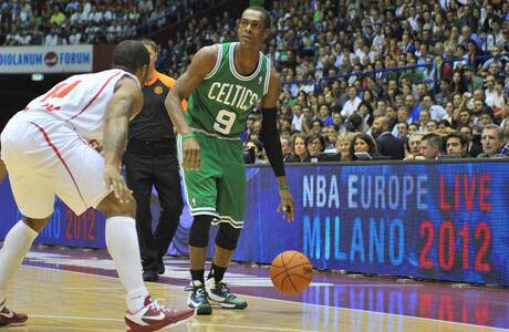 Rajon Rondo (Boston Celtics) v EA7 Emporio Armani Milano./ Getty Images