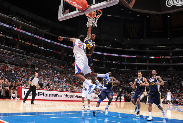 Jeremy Evans y Ronny Turiaf./ Getty Images