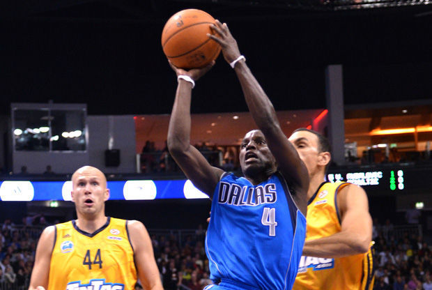 Darren Collison lanza a canasta./ Getty